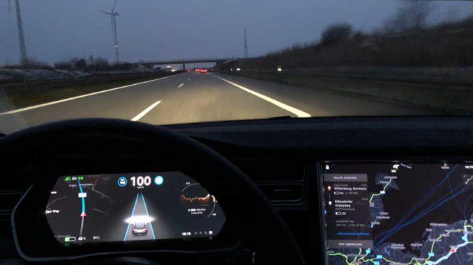 Tesla auf der Autobahn | Foto: 163 Grad