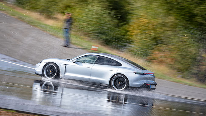 Porsche Taycan Turbo im Drift | Foto: Porsche AG
